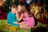 Little boy e girl vicino albero di Natale e regali — Foto Stock