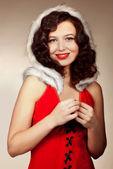 Noel baba kız doğru kamera üzerinde kırmızı bir arka plan — Stok fotoğraf