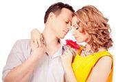 Casal atraente dos amantes. homem apresenta flor. dia dos Namorados s d — Fotografia Stock