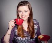 美丽的年轻女子喝咖啡或茶 — 图库照片