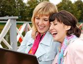 Jovens mulheres de negócios com o laptop ao ar livre — Fotografia Stock
