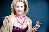 Prostituta fumare su sfondo scuro — Foto Stock