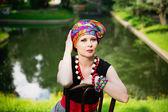 девочка, носящая тюрбан и стилизованный этнический costum — Стоковое фото