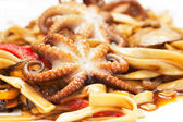 Noodles with octopuses, seafood and sauce — ストック写真