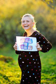 Donna incinta ridendo — Foto Stock