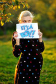 """Beautiful pregnant woman holding a sign which says """"its a boy!"""" — Stock Photo"""