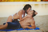 Couple kissing on the beach — Stock Photo