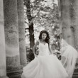 Bride runs, black and white — Stock Photo