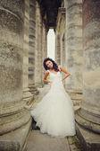 Gelukkige bruid op zoek naar camera — Stockfoto