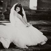Vackra brud poserar, svart och vitt — Stockfoto