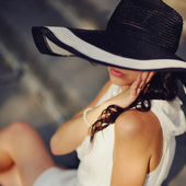 Pretty young summer girl wearing a hat — Stock Photo
