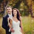 Happy newlywed couple bursts of laughing - Стоковая фотография