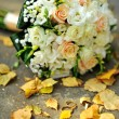 Bridal bouquet and golden wedding rings — Stock Photo