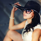 Garota verão jovem de chapéu — Foto Stock