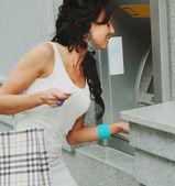 Söt kvinna får kontanter från atm — Stockfoto