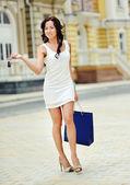 色の付いた袋と一緒に買い物 yaoung 女性 — ストック写真