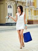 Gelukkig lachende vrouw lopen straat — Stockfoto