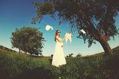 Bahçe içinde güzel hamile kadın — Stok fotoğraf