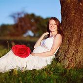 Mulher grávida no jardim de verão — Foto Stock