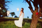 Gravid kvinna i inredda trädgård — Stockfoto