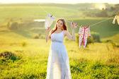 Giovane donna incinta — Foto Stock