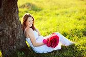Vackra gravid kvinna med stor röd blomma — Stockfoto