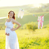 Jovem mulher grávida no jardim decorado — Foto Stock