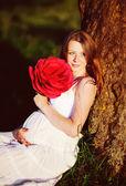 Hamile kadın yaz bahçesinde — Stok fotoğraf