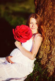 Těhotná žena v letní zahradě — Stockfoto
