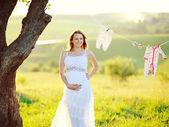 красивая беременная женщина за пределами — Стоковое фото