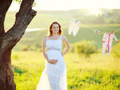 Hermosa mujer embarazada fuera — Foto de Stock