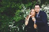 Dulce pareja fuera la vinculación — Foto de Stock