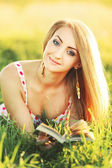 Young pretty woman outdoors reading book — Stock Photo