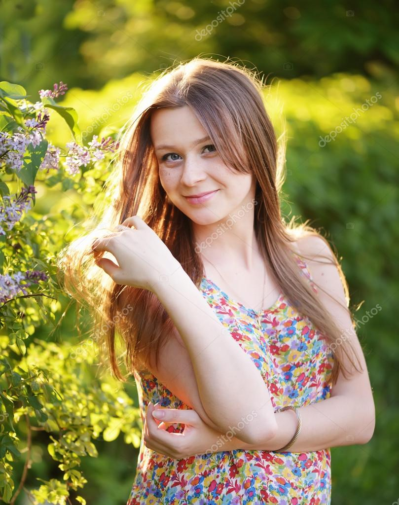 Молодые прекрасные красные волосы girl