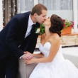 Young caucasian wedding  couple kissing — Stockfoto