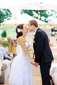 Young caucasian wedding couple kissing — Foto de Stock