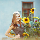 Smily beautiful girl with sun flower — Stock Photo