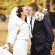 Foto Stock: Young bride kissing her groom.