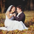 Smiling young wedding couple — Stock fotografie