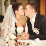 bruidspaar kussen — Stockfoto