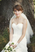 Beautiful bride posing in garden. — Foto Stock