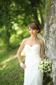 Beautiful bride posing in garden. — Stok fotoğraf