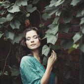 Gatan porträtt av ung kvinna — Stockfoto