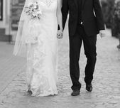 Wedding couple walking street — Stock Photo
