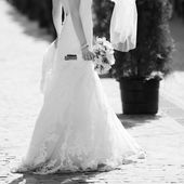 Stylish bride walking street — Stock Photo