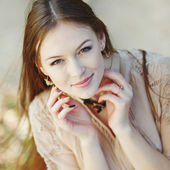 Natural portrait of young beautiful woman outside. — Stock Photo