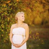 Gravid kvinna utanför — Stockfoto