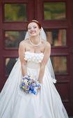 Lovely руде волосся нареченої позують з квітами зовні. європейське весілля. — Foto de Stock