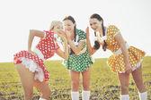 Three females posing in field — Stockfoto
