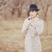 Mooie rode hair voorjaar meisje in hoed — Stockfoto